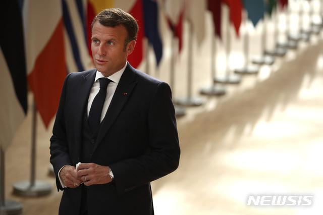 [브뤼셀=AP/뉴시스] 에마뉘엘 마크롱 프랑스 대통령이 19일(현지시간) 벨기에 브뤼셀에서 기자들의 질문에 답하고 있다. 그는 신종 코로나바이러스 감염증(코로나19) 경제회복기금 지급을 놓고 계속되는 갈등에도 '하나의 유럽'이라는 가치를 강조했다. 2020.7.20.