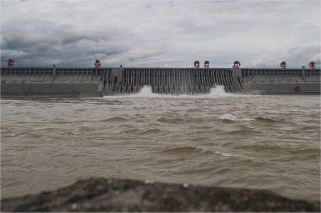 중국 후베이성 싼샤댐의 방수로에서 대량의 물이 쏟아지고 있다. (사진=연합뉴스)