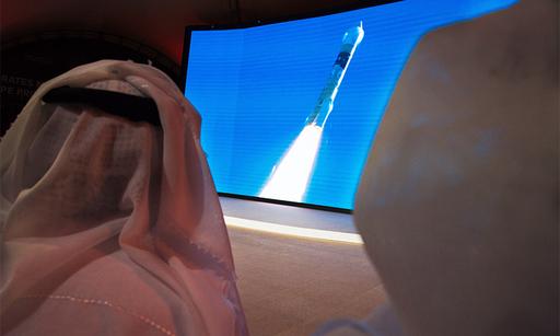 아랍에미리트(UAE) 시민들이 20일(현지시간) 두바이의 무함마드 빈 라시드 우주센터(MBRSC)에서 화성탐사선 '아말'(희망)의 발사 장면을 지켜보고 있다. 두바이=AP연합뉴스