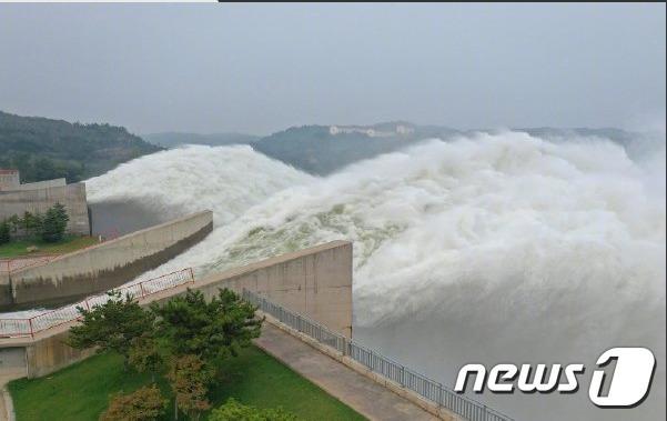 황하 중상류 유역에 홍수가 발생했다. 댐에서 물을 방류하고 있는 모습. -웨이보 갈무리© 뉴스1