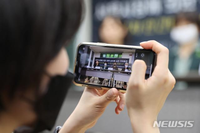 [서울=뉴시스] 박미소 기자 = 김재련 변호사(앞줄 맨왼쪽)와 한국여성의전화, 한국성폭력상담소 관계자들이 지난 13일 오후 서울 은평구 녹번동 한국여성의전화 사무실에서 '서울시장에 의한 위력 성추행 사건 기자회견'을 열고 있다.2020.07.13. photo@newsis.com
