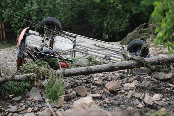 21일 우크라이나 동부의 스베르들롭스크 지역 니즈니예 세르기 마을의 전복된 차량의 모습. 20일 이 마을 당국은 폭우로 인한 홍수에 대해 비상사태를 선포했다./AP 연합뉴스