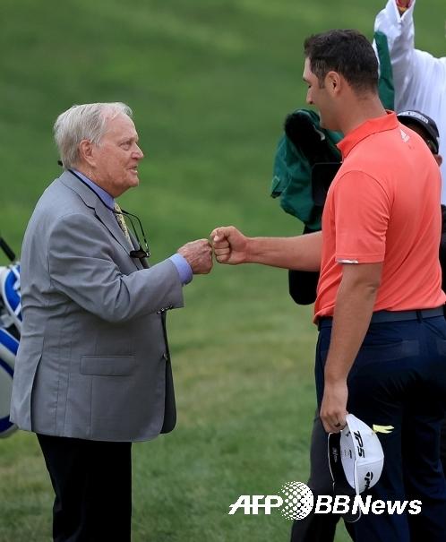 뮤어필드 빌리지 골프클럽에서 열리는 2020년 미국프로골프(PGA) 투어 메모리얼 토너먼트 호스트인 잭 니클라우스와 2020년 우승자 존 람. ⓒAFPBBNews = News1