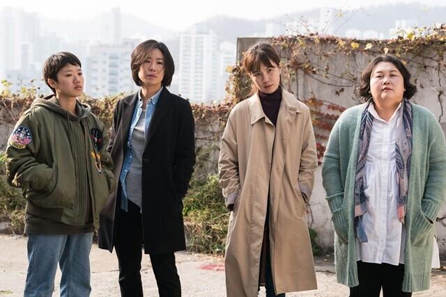 올 초 개봉한 영화 <이장>은 가족 내 딸들의 굴곡진 삶을 그린다. 인디스토리 제공