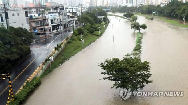 지난 13일 부산 온천천 침수 모습 [연합뉴스 자료사진]