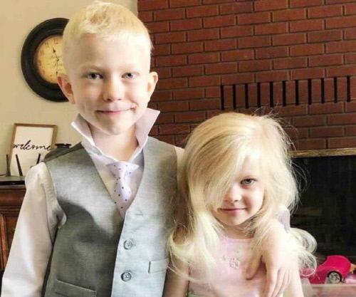 셰퍼드에게 공격받기 이전에 촬영한 브릿저 워커와 그의 여동생 모습.