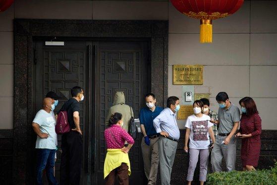 22일 미국 휴스턴 중국 총영사관 앞에 방문객이 모여 있다. 미국은 전날 중국 총영사관에 72시간 이내에 영사관을 폐쇄하라고 통보했다. [AFP=연합뉴스]