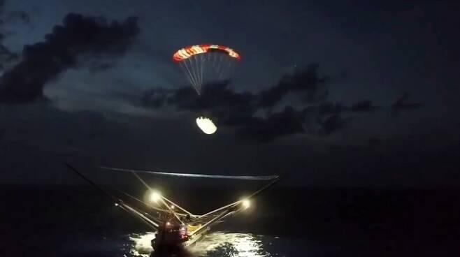 팰컨9 로켓 페어링(화물 덮개) 한 쪽이 낙하산에 매달려 선박 그물에 떨어지는 모습/사진=스페이스X