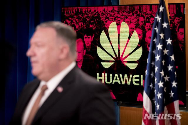 [워싱턴=AP/뉴시스]마이크 폼페이오 미 국무장관이 15일(현지시간) 워싱턴 국무부에서 기자회견하는 옆으로 모니터에 '화웨이' 로고가 보이고 있다. 2020.7.16