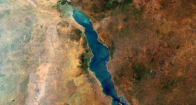 아시아 남서부 요르단에서 아프리카 동남부 모잠비크까지 뻗은 세계 최대의 지구대인 그레이트리프트밸리에 있는 호수인 말라위호의 모습.(사진=ESA, CC BY-SA 3.0 IGO)