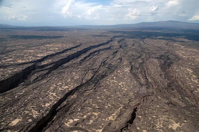 소말리아 아파르 지역에 있는 길이 56㎞짜리 균열의 모습.(사진=로체스터대)