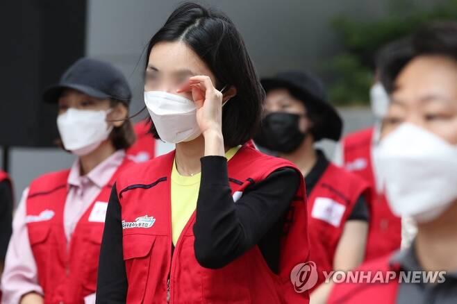 눈시울 붉어진 항공노동자 [연합뉴스 자료사진]