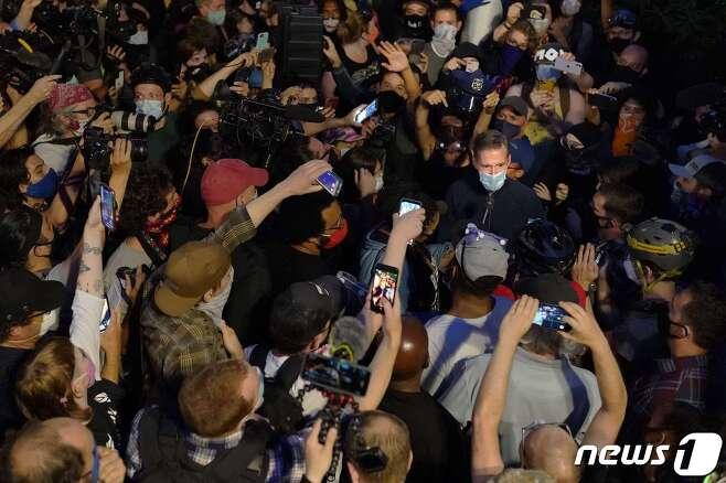 시위대와 대치하고 있는 휠러 시장. © AFP=뉴스1