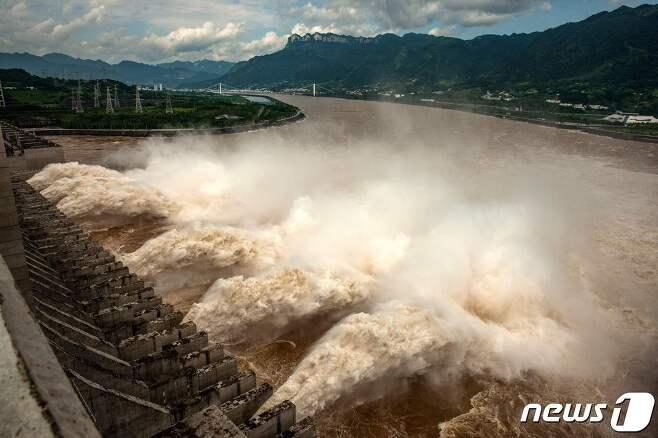 물이 방류되고 있는 싼샤댐 © AFP=뉴스1