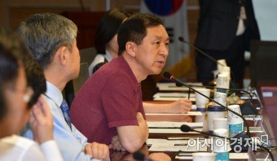 김기현 미래통합당 의원이 17일 국회에서 열린 공부모임인 '금시쪼문'에서 인사말을 하고 있다. 이날 모임에서는'공수처의 문제점과 향후 과제'라는 주제로 토론을 했다./윤동주 기자 doso7@