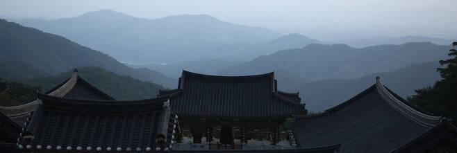축서사 대웅전 옆에서 내려다본 풍경. 김선식 기자
