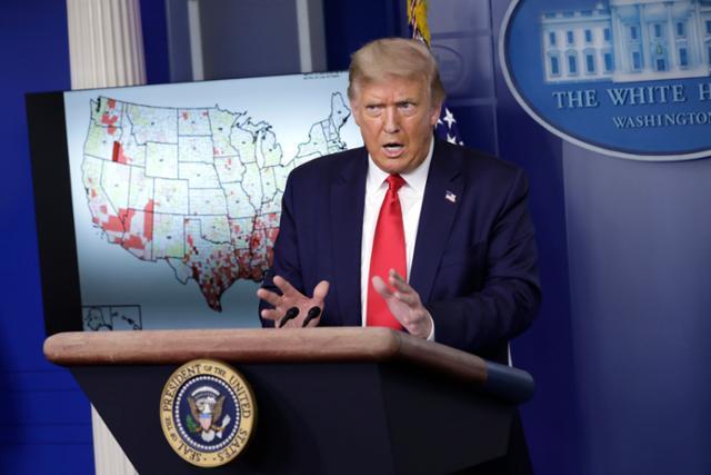도널드 트럼프 미국 대통령이 23일 백악관에서 코로나19 관련 현황을 설명하고 있다. 워싱턴=EPA 연합뉴스