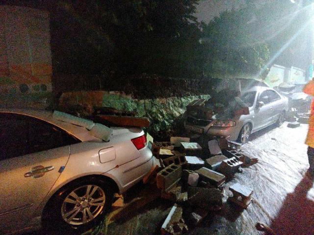 23일 오후 9시쯤 부산 중구 배수지길 인근 체육공원 2m 높이 담벼락이 무너지면서 쏟아진 벽돌이 주차돼 있던 차량 3대를 파손했다. 부산=뉴스1