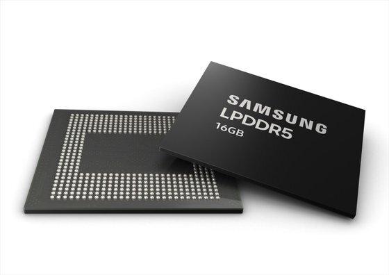 삼성전자가 역대 최고 속도·최대 용량을 구현한 '16GB LPDDR5 모바일 D램'을 세계 최초로 본격 양산하기 시작했다고 지난 2월 밝혔다.[사진 삼성전자]
