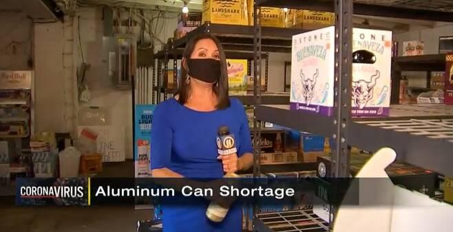 미국 피츠버그 지역방송 'wpxi'가 알루미늄 캔 부족 현상을 다룬 뉴스 화면 갈무리.