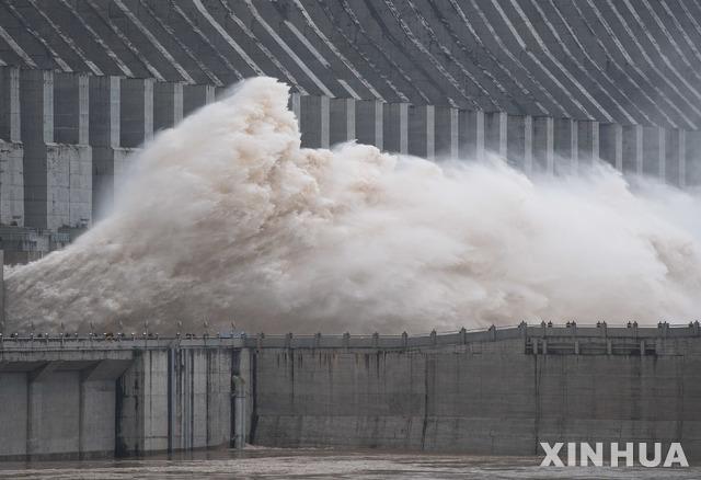 [이창=신화/뉴시스] 19일 중국 후베이성 이창에 있는 세계 최대 수력발전댐인 싼샤(三峽)댐에서 물이 방류되고 있다. 2020.07.20