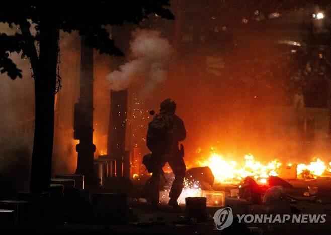 화재가 발생한 포틀랜드 시위 현장 [AP=연합뉴스]