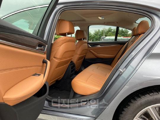 BMW 530e 2열.<장우진 기자>