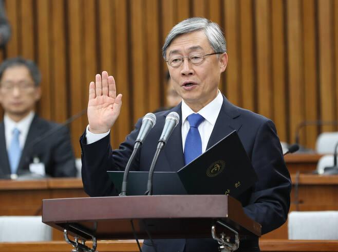 최재형 감사원장이 2017년 12월21일 오전 국회에서 열린 자신의 임명동의에 관한 인사청문회에서 선서를 하고 있다. 강창광 기자 chang@hani.co.kr