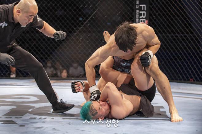 기원빈(위)이 25일 서울 강서구 KBS아레나홀에서 더블G 04 라이트급 케빈 박과의 경기에서 파운딩을 퍼붓고 있다. 더블G 제공