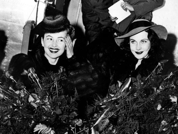 26일(이하 현지시간) 프랑스 파리에서 104세를 일기로 세상을 떠난 올리비아 드 하빌랜드(왼쪽)가 1939년 12월 14일 영화 '바람과 함께 사라지다' 시사회에 참석하기 위해 조지아주 애틀랜타 공항에 도착한 뒤 비비언 리와 함께 비행기에서 내릴 준비를 하고 있다.ACME 제공 AFP 자료사진 연합뉴스