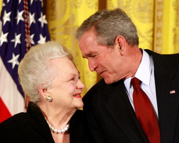 조지 W 부시 미국 대통령이 2008년 11월 17일 백악관에서 드 하빌랜드에게 국가예술 훈장을 수여하면서 다정하게 축하 인사를 건네고 있다.로이터 자료사진 연합뉴스