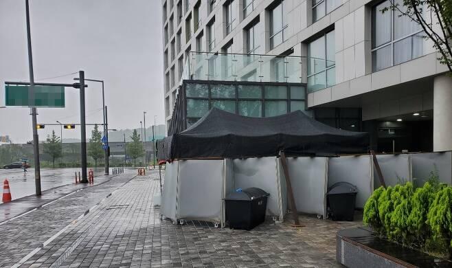 14일 간 격리를 위해 지난 22일 오전 임시 생활 시설로 지정된 김포 한 호텔 출입구에 설치된 간이 코로나19 검사장 [촬영 이상서]