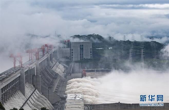 물 대규모로 방류하는 싼샤댐 [신화통신 홈페이지. 재판매 및 DB 금지]