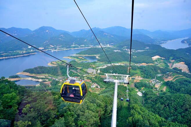 청풍호반 케이블카를 타면 하늘에서 청풍호를 즐길 수 있다.