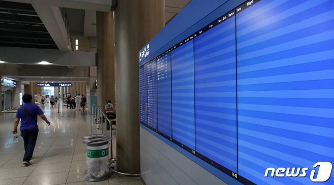 신종 코로나바이러스 감염증(코로나19) 사태 장기화로 인천국제공항의 하루 평균 이용객이 7,000명대로 줄었다. 지난 18일 인천국제공항공사에 따르면 올해 1월1일부터 7월16일까지 인천공항 이용객은 1,089만명으로 지난해 같은 기간(3,867만명)과 비교하면 약 4분의1 수준이다. 이에 따라 공사는 올해 17년 만의 적자를 기록할 전망이다. 공사는 지난해 8,660억원이었던 당기순이익이 올해 3,244억원 순손실로 적자 전환할 것으로 내다보고 있다. 19일 인천국제공항 입국장 도착알림 전광판의 대부분이 비어있다. 2020.7.19/뉴스1 © News1 이승배 기자