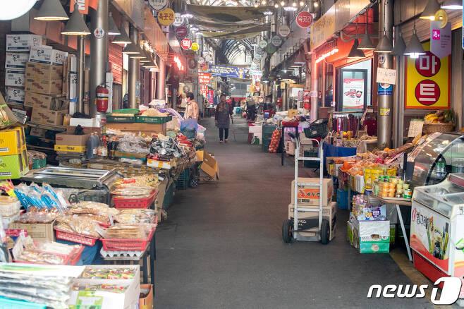 서울시내 한 전통시장 모습. 2020.3.31/뉴스1 © News1 유승관 기자