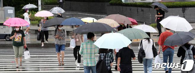 호우특보가 내린 경남에 지난 밤사이 많은 비가 쏟아졌지만 큰 피해는 없었다. 전국에 장맛비가 내린 지난 27일 오후 서울 중구 동대문역사문화공원역 앞에서 우산을 쓴 시민들이 발걸음을 재촉하고 있다. 2020.7.27/뉴스1 © News1 황기선 기자