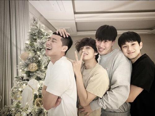 지난해 12월 배우 박서준이 자신의 인스타그램에 올린 '우가패밀리'의 크리스마스 파티 모습. 왼쪽부터 박서준, 뷔(김태형), 픽보이(권성한), 최우식. 출처 박서준 SNS