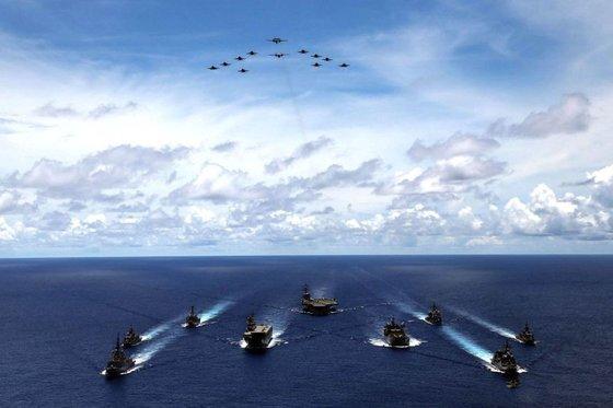 미 항모인 레이건함과 니미츠함 등이 참가한 합동훈련이 7월 들어 벌써 두 번이나 남중국해에서 펼쳐져 중국을 압박하고 있다. [미 해군 트위터 캡처]
