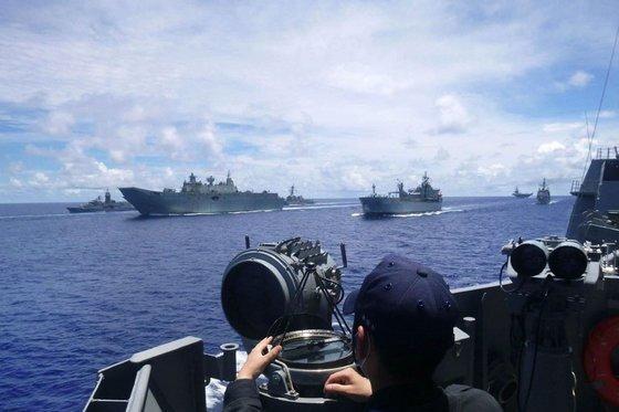 지난 19일부터 21일까지 남중국해에서 펼쳐진 미 해군 훈련엔 일본과 호주 해군도 참가해 미국의 중국 압박에 힘을 보탰다. [미 해군 트위터 캡처]