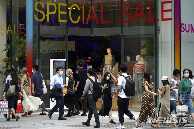 [도쿄=AP/뉴시스]27일 일본 도쿄 쇼핑가에서 마스크를 쓴 시민들이 걷고 있다. 도쿄 당국은 27일 131명의 신종 코로나바이러스 감염증(코로나19) 확진자가 확인됐다고 밝혔다. 2020.07.27.