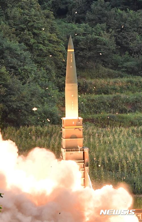 【서울=뉴시스】 합참이 4일 오전 북한 6차 핵실험 도발에 대응해 동해에서 현무2 탄도미사일을 실사격 하고 있다. 합동참모본부에 따르면 이날 사격에는 육군의 지대지탄도미사일인 현무와, 공군의 장거리공대지 미사일을 동해상 목표지점에 사격을 실시, 명중시켰다. 특히, 이번 합동 실사격은 북한 풍계리 핵실험장까지의 거리를 고려해 공해상 목표지점을 향해 실시됐다. 2017.09.04. (사진=국방부 국방홍보원 제공) photo@newsis.com