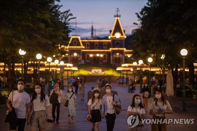 코로나19 재확산 2차 폐쇄된 홍콩 디즈니랜드 (홍콩 EPA=연합뉴스) 지난 14일 홍콩 디즈니랜드를 찾은 시민들이 관람을 마치고 돌아가고 있다. 홍콩 디즈니랜드는 신종 코로나바이러스 감염증(코로나19) 재확산에 따라 15일부터 21일까지 문을 닫을 예정이다. jsmoon@yna.co.kr