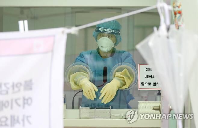 검체 검사 대기하는 의료진 [연합뉴스 자료사진]