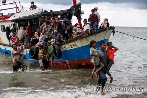 """인도네시아 어부들이 구조한 로힝야족 난민…""""빗물·소변 마시며 버텨"""" [로이터=연합뉴스]"""