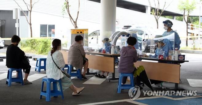 선별진료소 찾은 시민 [연합뉴스 자료 사진]