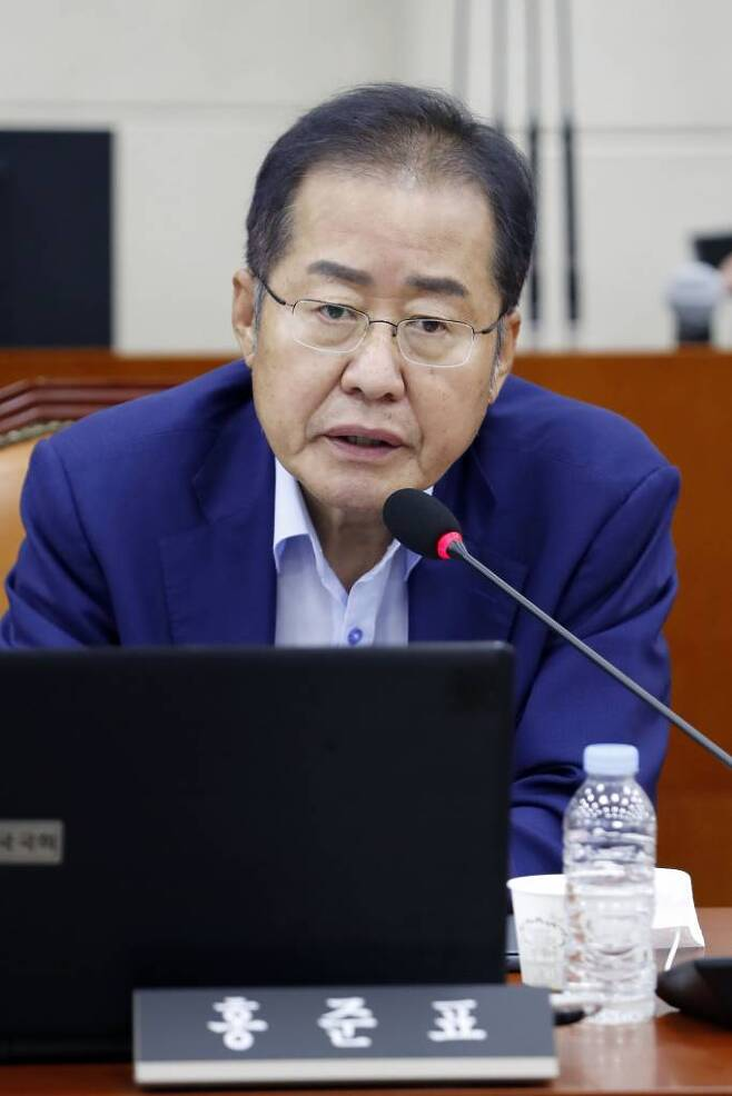 홍준표 무소속 의원이 지난 23일 서울 여의도 국회에서 열린 국방위원회 전체회의에서 인사말 하고 있다./사진=뉴시스