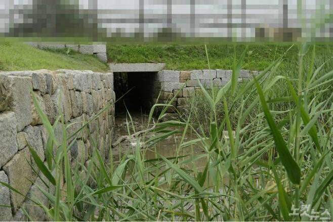 탈북민 김씨가 월북한 경로로 추정되는 인천 강화군 월곳리 연미정 인근 한 배수로의 지난 28일 모습. 안에는 장애물이 설치돼 있지만, 한눈에 낡은 것이 보였다. 현재도 인근에서는 경계작전이 펼쳐지고 있으며 배수로도 여기에 포함된다.(사진=이한형 기자)