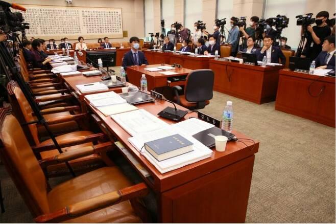 29일 국회 서울 여의도 국회에서 열린 법제사법위원회 전체회의에 미래통합당 의원들의 의석이 텅 비어있다. (사진=연합뉴스)