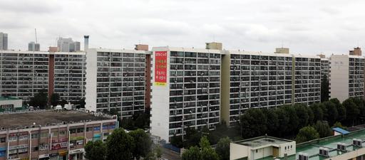 28일 더불어민주당에 따르면 당정은 이번주 주택 공급 방안에 대한 부처 및 지방자치단체 간 조율을 마치고 내달 초 발표한다. 대책에는 서울 지역 택지 용적률 상향을 비롯해 유휴부지를 활용한 주택 공급 방안도 포함될 것으로 전해졌다. 사진은 이날 서울 강남구 아파트 단지. 뉴스1